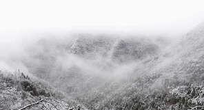 难得一见的美女峰的雨凇
